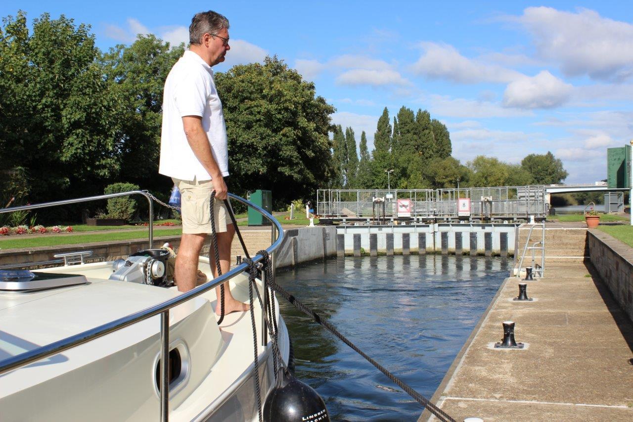 Vier mannen en een linssen motorboot op de rivier de theems ...
